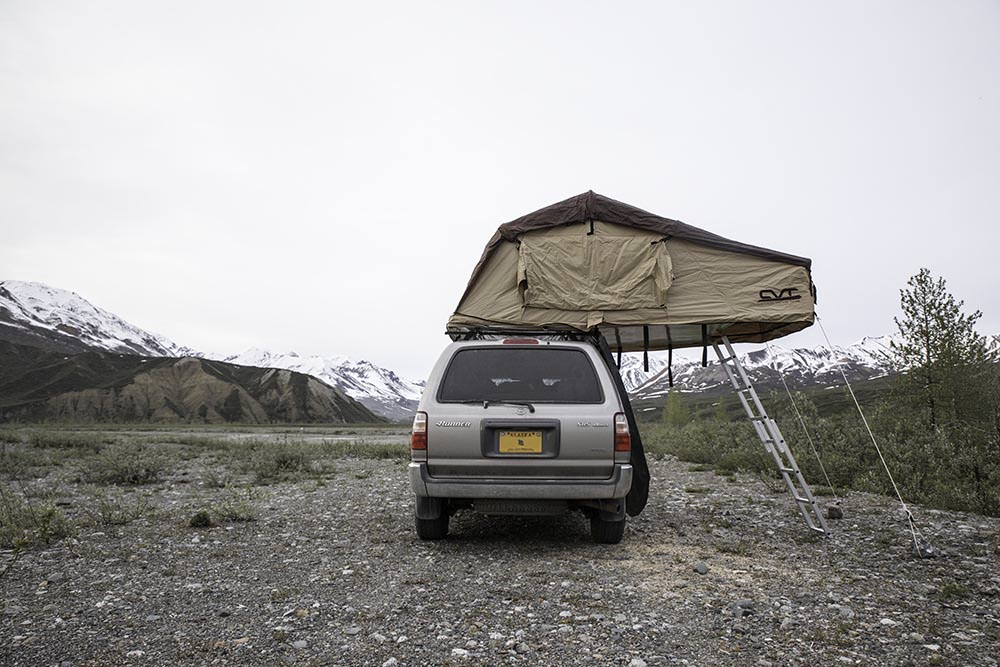Vehicle and rooftop tent
