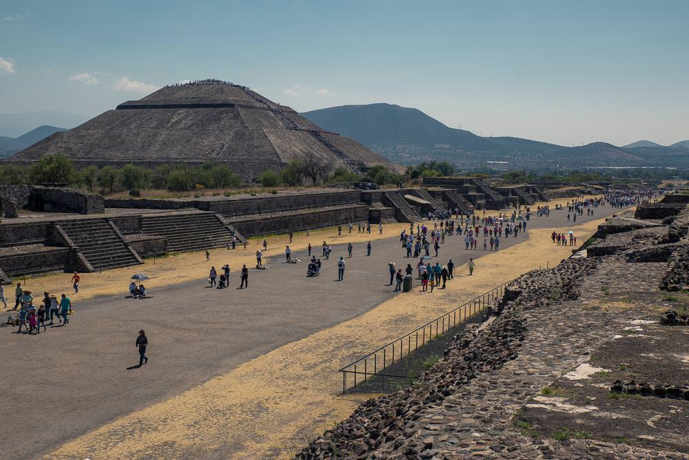 Afternoon crowds at Teotihuacan.